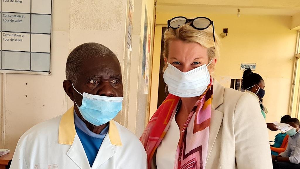 En man och en kvinna med munskydd inne på ett sjukhus.