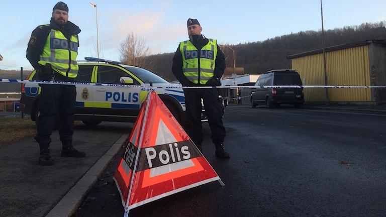 Poliser och avspärrningar vid brottsplatsen i Huskvarna. Foto: Peter Olsson/Sveriges Radio.