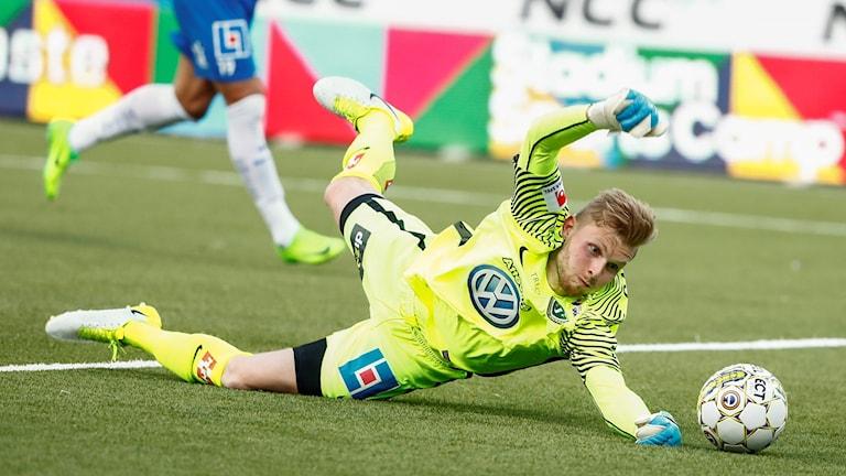 J-södras målvakt Anton Cajtoft försöker rädda ett mål.