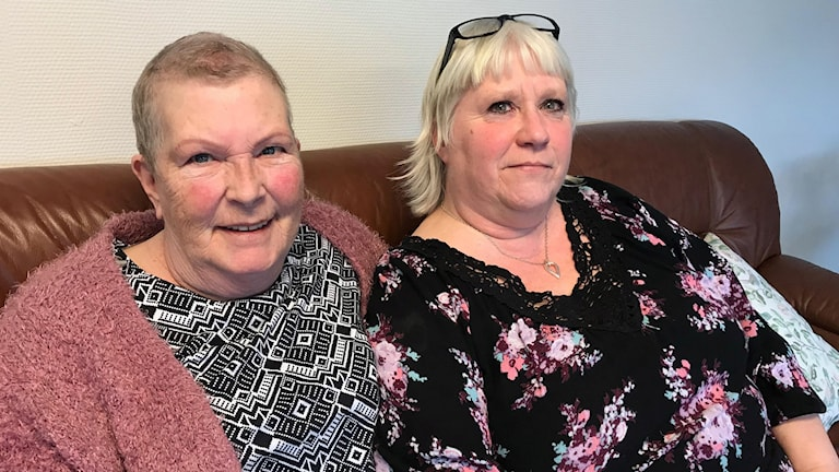 Anita Holm och Anette Bissioni sitter i en soffa.