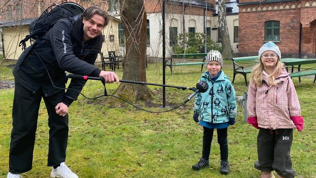 En radioreporter och två barn
