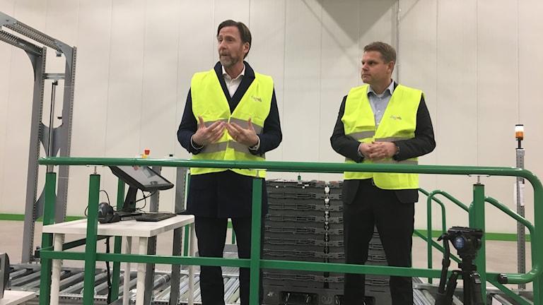 Klas Balkow, vd och koncerchef för Axfood, inviger de nya maskinerna i Dagabs nya lager på Torsvik i dag tillsammans med Nicholas Pettersson, vd för Dagab.Foto: Sofie Carme/Sveriges Radio.