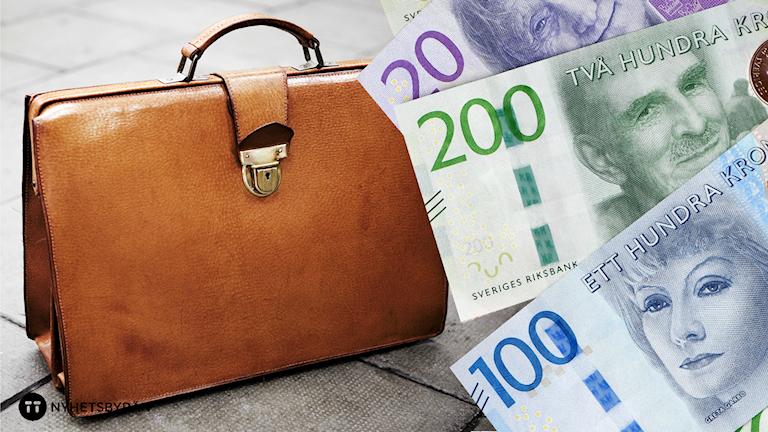 En väska står på marken och framför syns kontanter. Foto: Therese Jahnson/SvD, Fredrik Sandberg/TT.