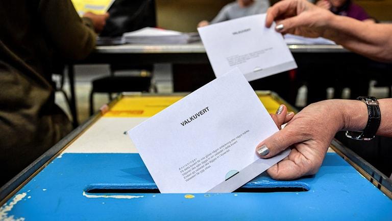 Röstsedlar läggs ner i vallådor.