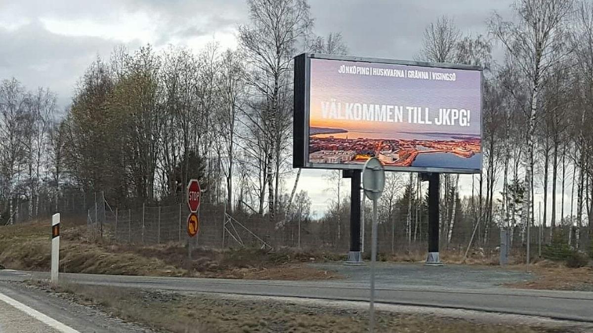 """Digital skylt med texten """"Välkommen till Jönköping"""" vid vägkanten."""