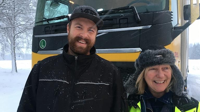 David Kjellin och Ulla Blomqvist framför en lastbil.