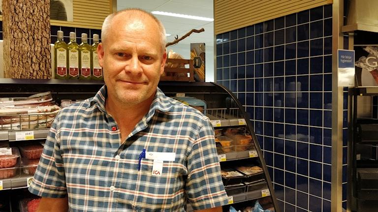 Kjell Gustavsson står vid en köttdisk i en butik.