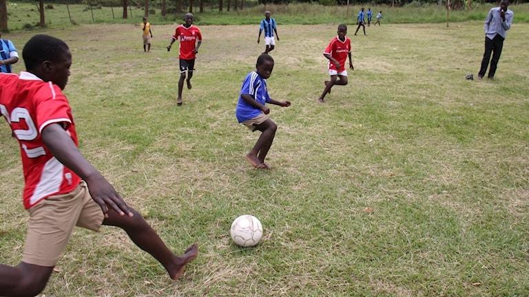 Barn i Uganda spelar fotboll