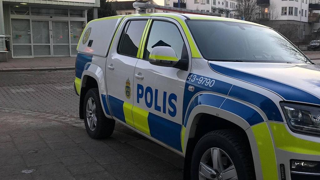 Parkerad polisbil.