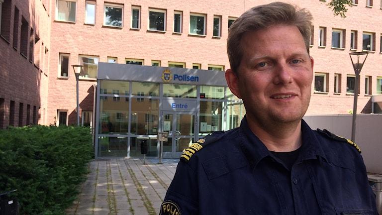 Fredrik Lindfors, lokalpolisområdeschef Södra Vätterbygden, står framför polishuset i Jönköping.