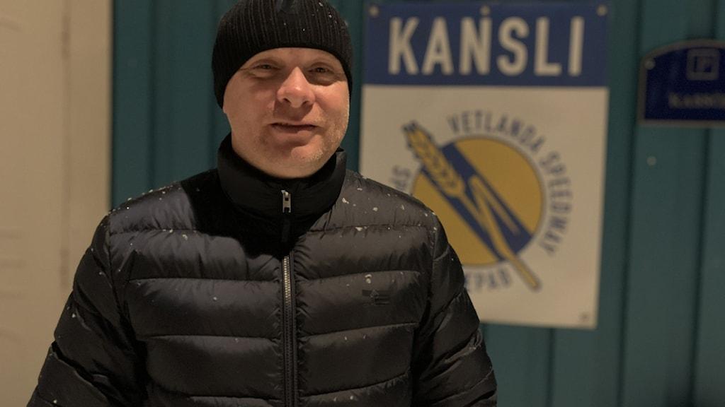 Mikael Wirebrand framför speedwayklubbens kansli.