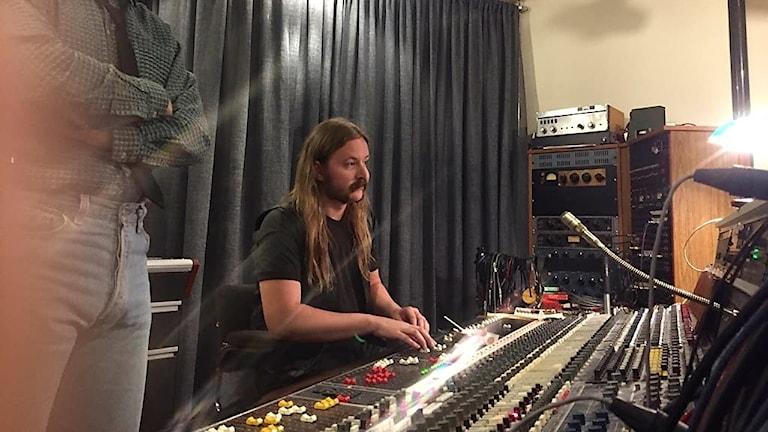 Emil i sin roll som studioman i Ted för kärlekens skull