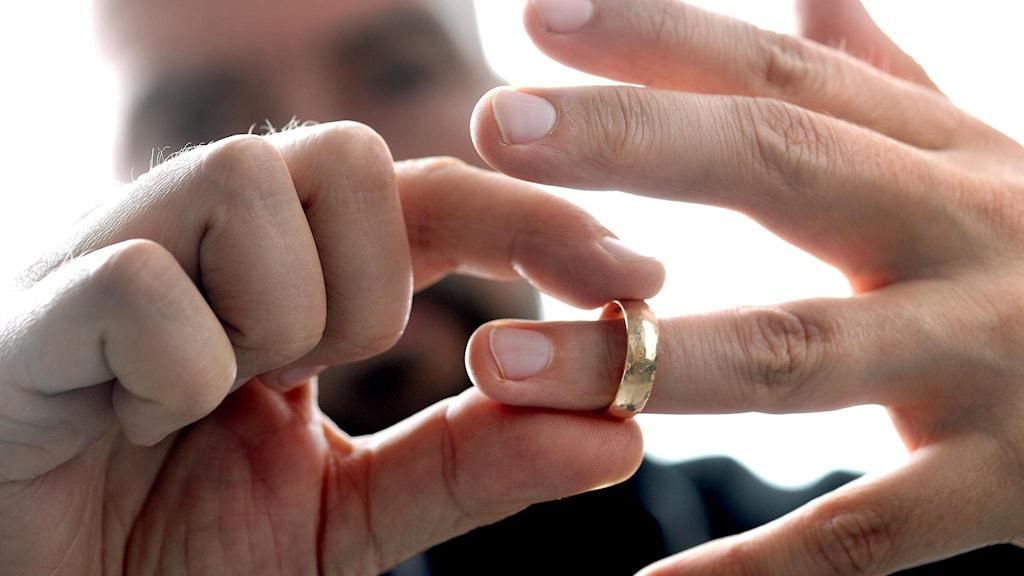 Person som tar av sig sin ring.
