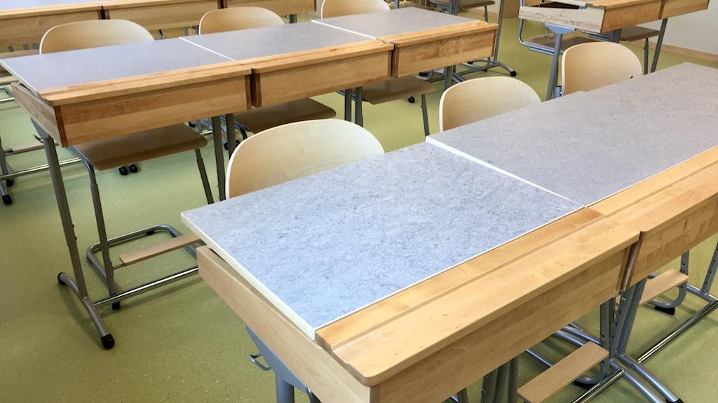 Genrebild på klassrum och skolbänkar på mellanstadieskola.