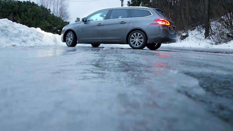 Is på väg, bil som sladdar.