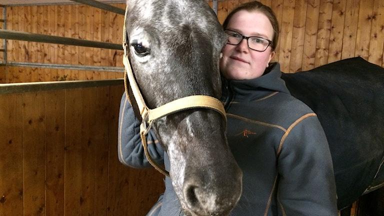 Ponnyn Sunny tillsammans med stallansvariga Matilda Värme på Jönköpings fältrittklubb.