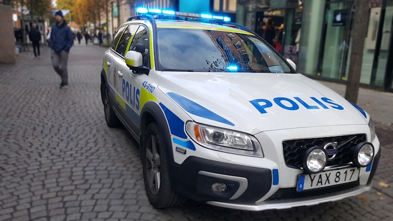 Polisbil i stadsmiljö.