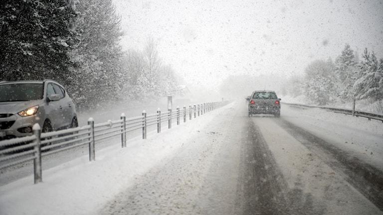 Bil på en väg med mycket snö.