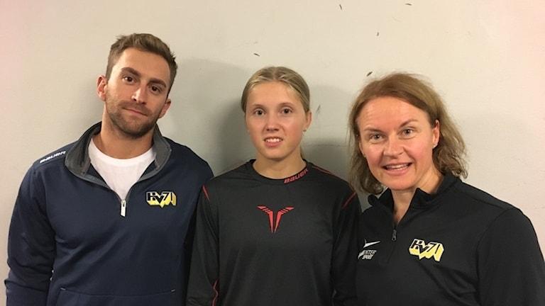 Tränare Lucas Frey med nyförvärvet Felizia Wikner-Zienkiewicz och rutinerade Riikka Välilä.