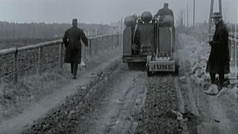 Tre män jobbar vid en väg i Bankeryd 1924.