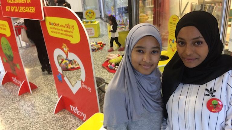 Aya Salih och Marwah Said på leksaksbytardagen.