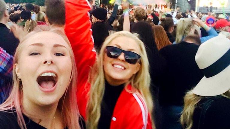 Sofie och Lovisa Nilsson på en konsert.