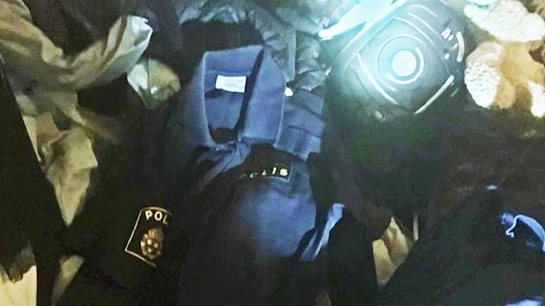 Poliskläder hittades hos kvinnan och hennes son.