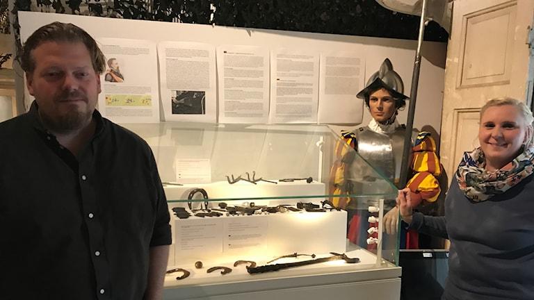 Mattias Bokinge och Elin Ljungkvist med fynd från slaget.