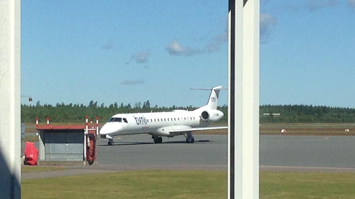 Ett flygplan står på Jönköping airport.