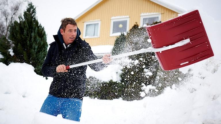 Man som skyfflar snö. Foto: Kent Skibstad/NTB Scanpix.