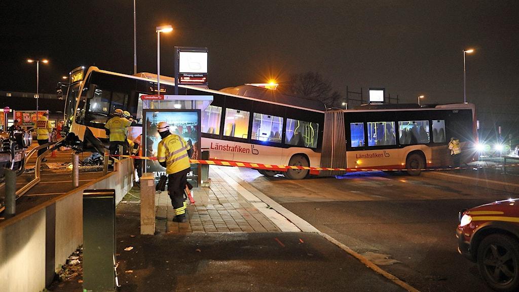 Buss hänger över kant vid parkering.