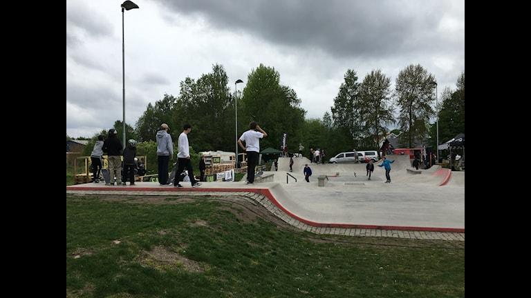 Uppvärmning inför skateboardtävllingen i Smålandsstenar. Foto: Oliver Beckman/P4 Jönköping