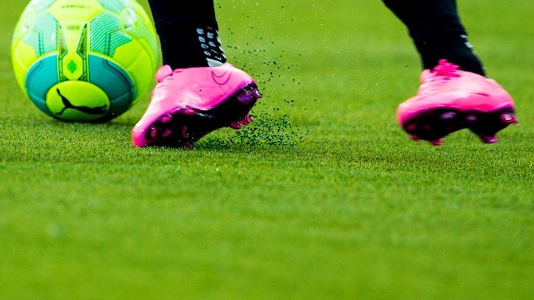närbild på fotbollsskor