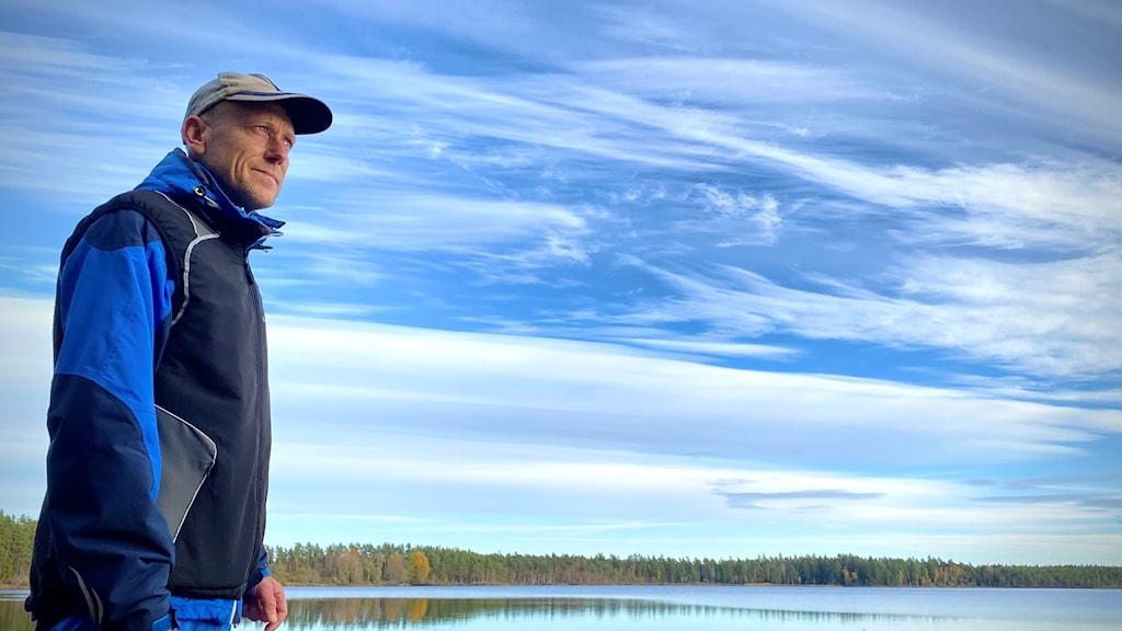 Anders Samuelsson framför en sjö.