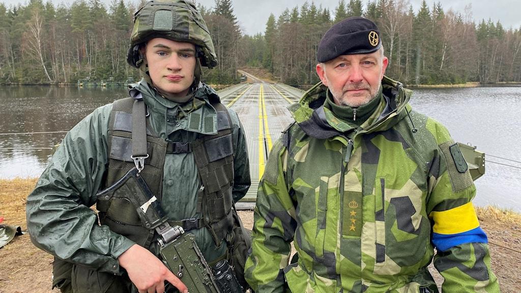 Övningsledare och militär på övning i Vaggeryds kommun