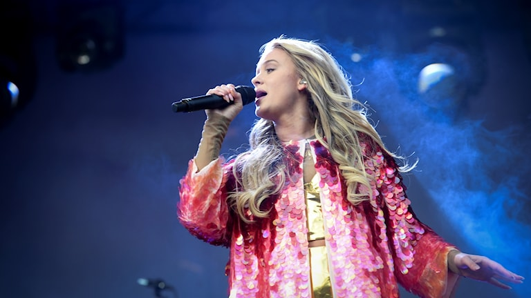 Zara Larsson sjunger på en scen.