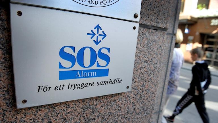 SOS Alarms logga på en husvägg.