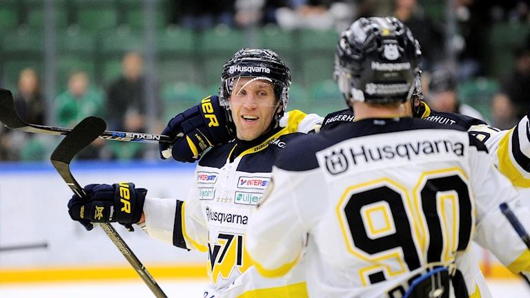 HV:s Martin Thörnberg jublar efter 1-3 målet under lördagens ishockeymatch i SHL mellan Rögle Bk och HV71 på Lindab Arena i Ängelholm.