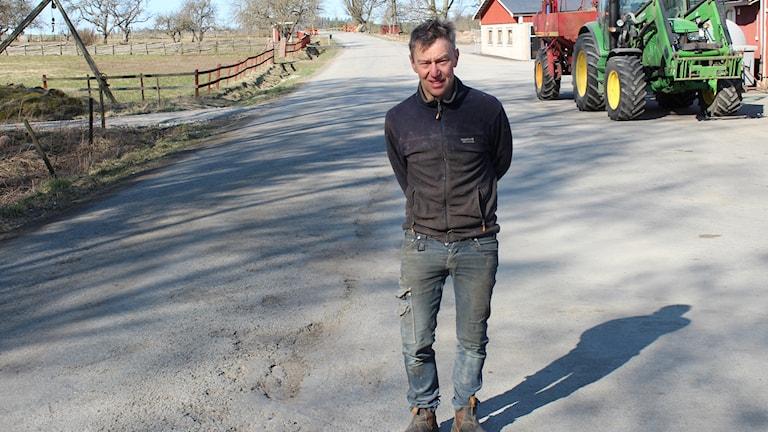 Kalle Sand vid en av de enskilda vägar som han är delägare i.