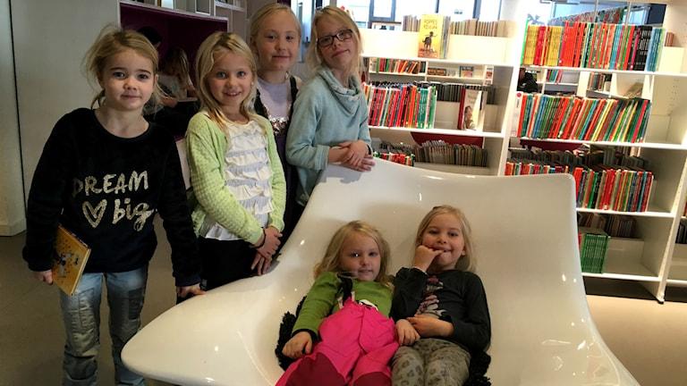 Sigrid och Embla och alla deras kompisar inne på stadsbiblioteket i Jönköping.