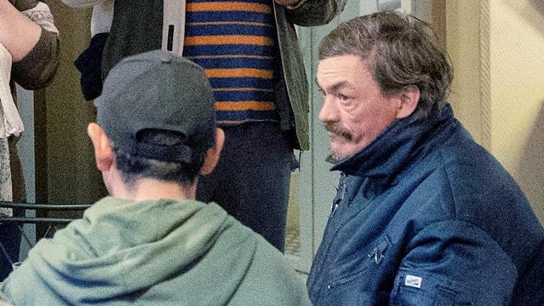 En man i blå jacka.