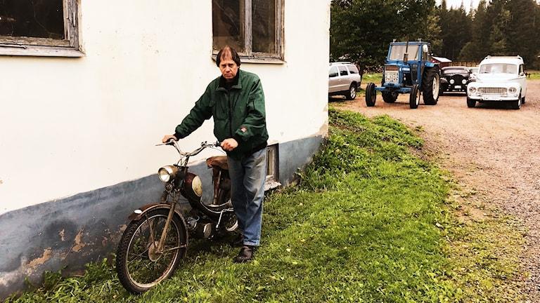 Svempa i Bäckaby lymlar med en gammal moped.