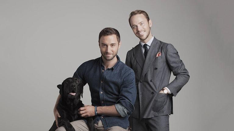 Måns Zelmerlöw och Alexander Wiberg och en hund. Foto: Pressbild.