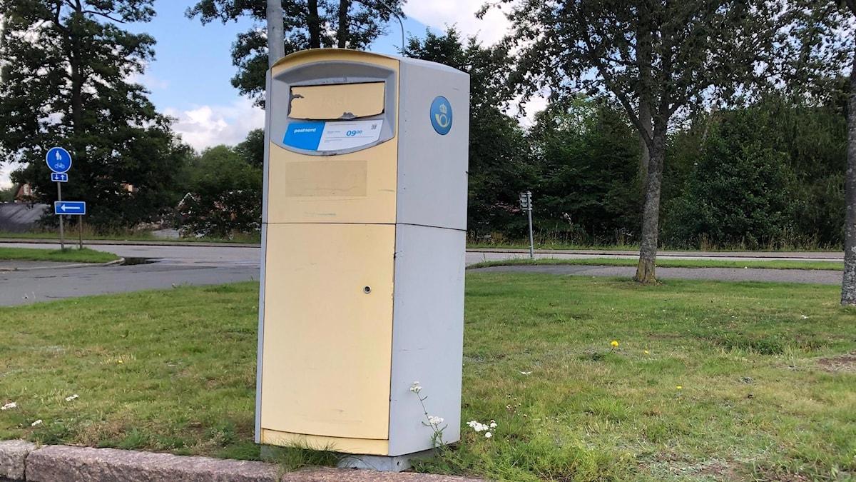 Postnords postlåda vid stationen i Forserum, Nässjö kommun.