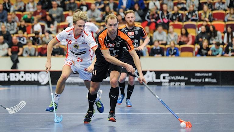 Mullsjös Isaac Rosén med bollen jagas av JIK:s Tobias Zälle.