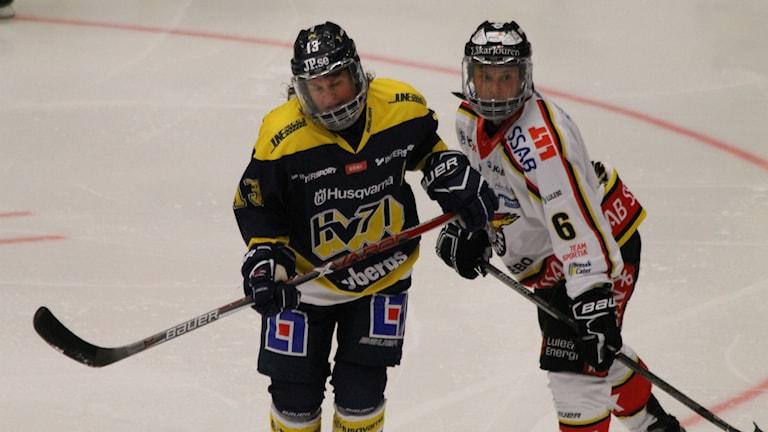 HV71:s lagkapten Riikka Välilä och Luleås Jenni Hiirikoski.