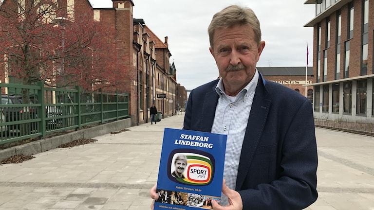 Staffan Lindeborg med sin bok.