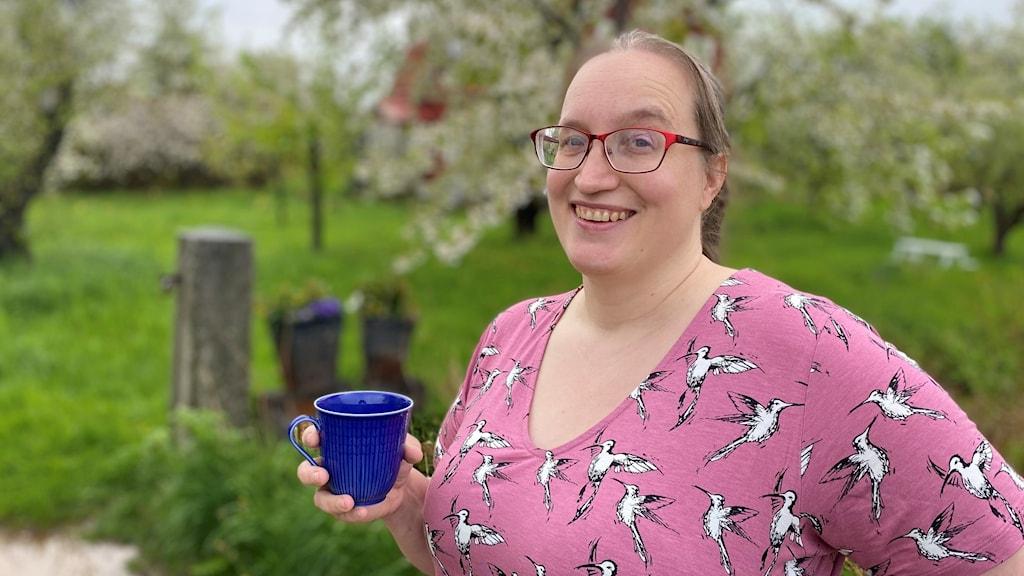 Bild på Moa-Sara Marakatt med kaffekopp i handen