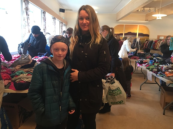 Ilon Gustafsson och mamma Sara Berglin Gustafsson på klädbytardagen i Eksjö.