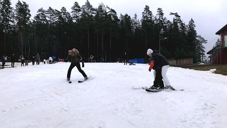 Barn åker i skidbacke